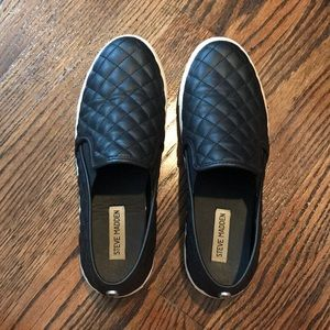 steve madden black pleaded slip on's